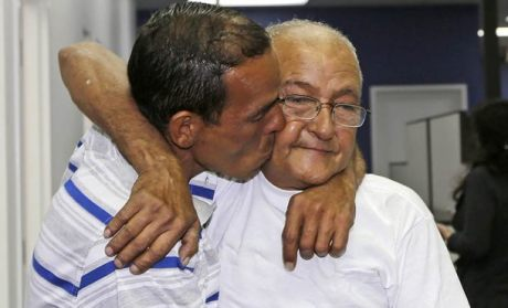 Joel Moreno besa a su padre