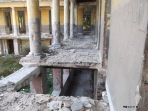 Escuela-en-ruinas-donde-viven-familias10